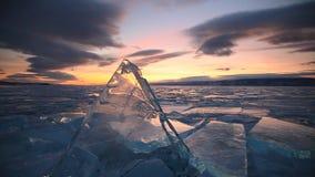 Tramonto variopinto sopra il lago Baikal ghiacciato maestoso archivi video
