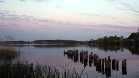 Tramonto variopinto sopra il lago nel parco nazionale dei laghi Braslav in Bielorussia stock footage