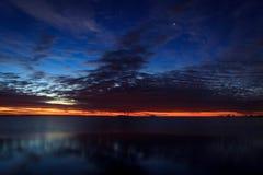 Tramonto variopinto sopra il lago Onego Fotografie Stock Libere da Diritti
