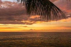 Tramonto variopinto sopra l'oceano in Lombok, Indonesia Fotografia Stock Libera da Diritti