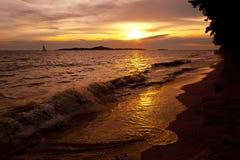Tramonto variopinto sopra la spiaggia Tailandia di Pataya del mare Fotografie Stock Libere da Diritti