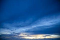 Tramonto variopinto sopra la spiaggia Tailandia di Pataya del mare Immagini Stock