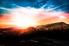 Tramonto variopinto sopra la stazione sciistica nelle montagne Fotografia Stock