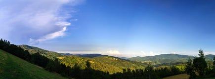 Tramonto variopinto sopra le colline nell'Alsazia Immagini Stock