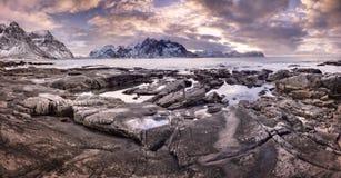 Tramonto variopinto sopra le isole di Lofoten, Norvegia fotografia stock