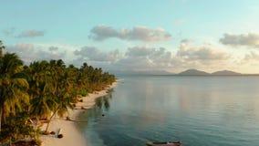 Tramonto variopinto sopra le isole tropicali video d archivio