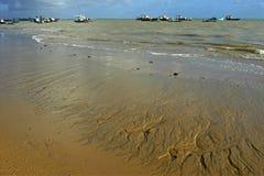 Tramonto variopinto, spiaggia e pescherecci, Brasile Fotografia Stock