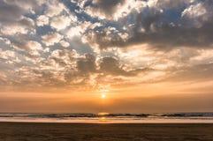Tramonto variopinto sulla spiaggia di Goa Immagini Stock Libere da Diritti