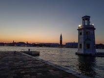 tramonto a Venezia con un faro Fotografia Stock