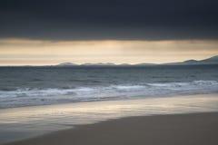 Tramonto vibrante di bella vista sul mare del paesaggio Immagini Stock
