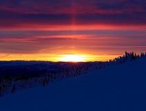 Tramonto vibrante sopra paesaggio innevato Fotografie Stock Libere da Diritti