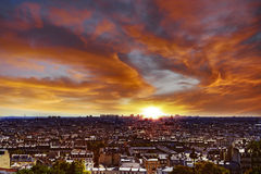 Tramonto vibrante sopra Parigi Immagini Stock