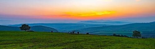 Tramonto vibrante variopinto, vista panoramica ai campi dell'azienda agricola Fotografie Stock Libere da Diritti