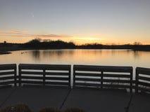 Tramonto vicino ad un lago Fotografie Stock Libere da Diritti