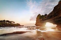 Tramonto vicino al punto di riferimento turistico famoso dell'isola di Bali immagini stock libere da diritti
