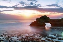 Tramonto vicino al punto di riferimento turistico famoso dell'isola di Bali immagine stock libera da diritti