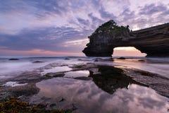 Tramonto vicino al punto di riferimento turistico famoso dell'isola di Bali - tempio del lotto & di Batu Bolong di Tanah fotografia stock