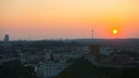 Tramonto a Vilnius, vista della torre di Gediminas, al rallentatore stock footage