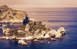 Tramonto vista in Sicilia, mare con l'isola famosa Isola Bella da Taormina fotografia stock