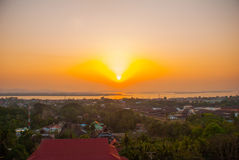 Tramonto Vista superiore della città Mawlamyine dalla pagoda Kyaik Tan Lan myanmar burma immagine stock libera da diritti