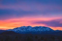 Tramonto vivo sopra le montagne dell'Utah fotografia stock