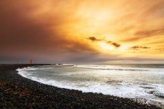 Tramonto vulcanico della spiaggia fotografia stock libera da diritti