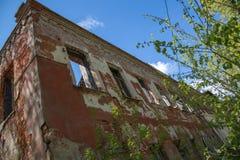 Trampa abandonada de las ventanas de la pared de la depresión del concepto de la casa Foto de archivo