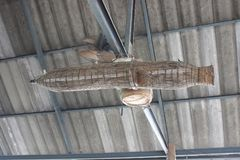 Trampa de madera de los pescados del amuleto tailandés para la riqueza y la renta fotografía de archivo