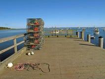 Trampas de la langosta apiladas en la masopa Maine del cabo del embarcadero y la langosta BO Fotografía de archivo