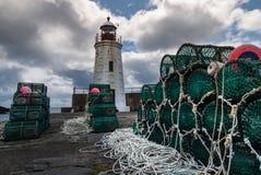 Trampas y faro de la langosta en Lybster, Escocia Imagenes de archivo