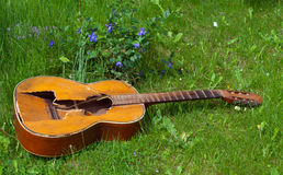 Trampled  old guitar Royalty Free Stock Photography