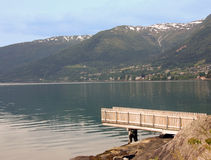 Trampolín cerca del lago en las montañas Fotografía de archivo
