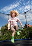 Trampolín de salto del niño Imagen de archivo