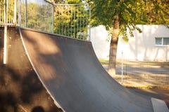 Trampolim para skateres no parque do outono Close-up foto de stock
