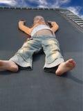 trampoline девушки отдыхая Стоковые Изображения