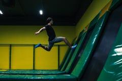 Trampoline bluza wykonuje akrobatycznych ćwiczenia na trampoline obrazy stock