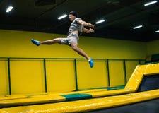 Trampoline bluza wykonuje akrobatycznych ćwiczenia na trampoline fotografia stock