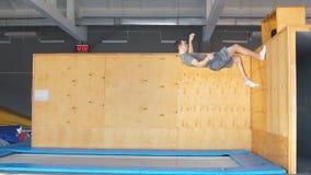Trampoline bluza wykonuje powikłanych akrobatycznych ćwiczenia na trampoline zdjęcie wideo