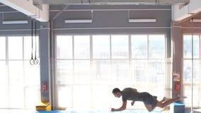 Trampoline bluza wykonuje powikłanych akrobatycznych ćwiczenia na trampoline zbiory wideo