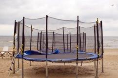 Trampolinen auf Strandmeersand. Aktive Erholung. Stockbild