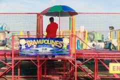 Trampolinen am Funfair auf Brighton Pier stockfotos