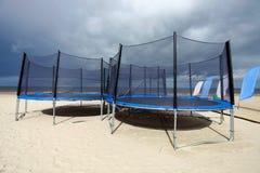 Trampolines в пляже стоковые фото