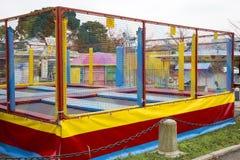 Trampolinespiel für Kinder lizenzfreie stockfotos