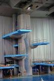 Trampolín para los saltos en agua en complejo del deporte Imagen de archivo