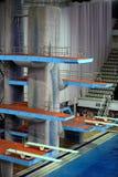 Trampolín para los saltos en agua en complejo del deporte Imagenes de archivo