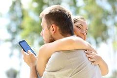 Tramposo que abraza a su novia inocente Imágenes de archivo libres de regalías