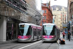 Trams en dehors de Grand Central, Birmingham Image libre de droits