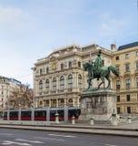 Trams et bâtiments le long de Scwarzenberglatz à Vienne Images libres de droits