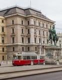 Trams et bâtiments le long de Scwarzenberglatz à Vienne Photographie stock libre de droits