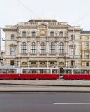 Trams et bâtiments le long de Scwarzenberglatz à Vienne Image stock